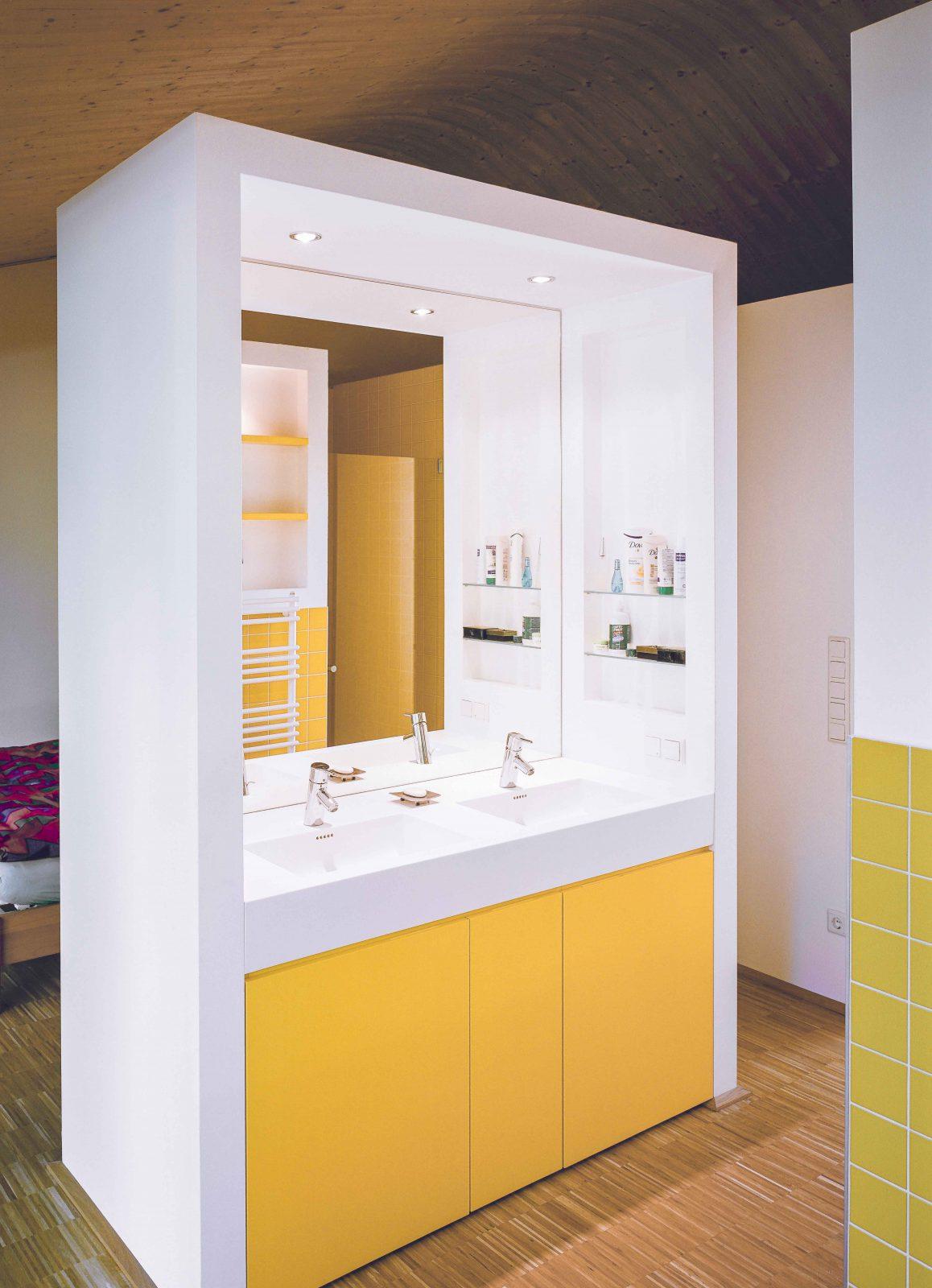 Badezimmer offen gelb hell